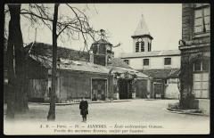 Ecole ecclésiastique Ozanam, porche des anciennes écuries, sculpté par coustou - Asnières-sur-Seine