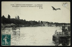 La Félicité Aéroplane évoluant au-dessus de la Seine - Levallois-Perret