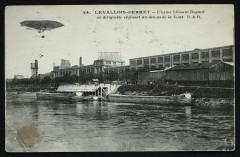 L'usine Clément Bayard un dirigeable évoluant au-dessus de la Seine - Levallois-Perret