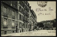 Rue Troyon, place du Parc, dans le fond, la maison des gardiens de la Manufacture de céramique - Sèvres