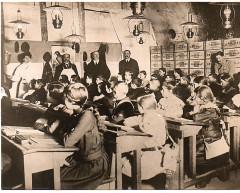 1918. écoliers réfugiés dans les caves Mumm à Reims France