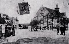 Place de l'église de Sougères-en-Puisaye au début du vingtième siècle - Sougères-en-Puisaye