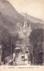 L'Esplanade et la Basilique - Lourdes