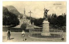 Hautes-Pyrénées Lourdes entrée de l'Esplanade animé - Lourdes