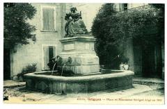Drôme Grignan place et Monument Sévigné érigé en 1857 animé - Grignan