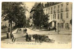 Jura Dole L'Hôtel de Lyon et Rue de Besançon animé charette - Dole