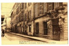 Var Fréjus Les Cariatides Portail et rue Sièyes animé - Fréjus