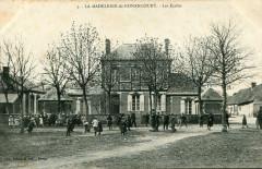 La Madeleine De Nonancourt Les Ecoles (cpa animée - Nonancourt