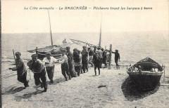 Le Barcares Pecheurs Tirant Les Barques A Terre (Belle Cpa - Err