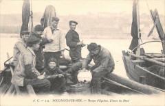 Boulogne Sur Mer Barque D´EQUIHEN L´HEURE Du Diner (cpa rare (dos non div - Boulogne-sur-Mer