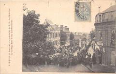 Avesnes Souvenir Du Centenaire De N.d.des Mouches Le Cortege Dans La Rue - Esnes