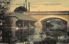Argentan Le Pont Rue De La Republique Et Le Lavoir Municipal (cpa toilée - Argentan