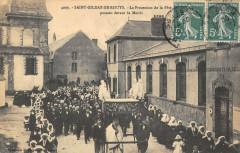 Saint Gildas De Rhuys La Procession De La Fete Dieu Passant Devant Mairie - Saint-Gildas-de-Rhuys