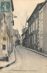 Montmoreau La Grand Rue - Montmoreau
