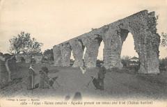 Frejus Ruines Romaines Aqueduc Prenant Son Niveau Avec Le Sol - Fréjus