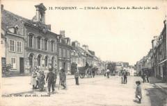 Picquigny L'Hotel De Ville Et Place Du Marche Cote Sud - Picquigny