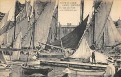 Saint Tropez Une Vue Du Port Avec Voiles Au Sec - Saint-Tropez