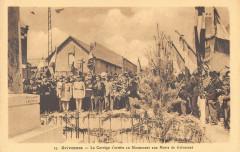 Grivesnes Le Cortege S'Arrete Au Monument - Grivesnes
