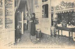 Paris IIe On Se Sert Du Santo A La Parfumerie Du High Life Rue Capucines - Paris 2e