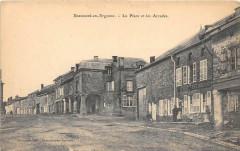 Beaumont En Argonne La Place Et Les Arcades - Beaumont-en-Argonne