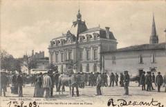 Coutras Pres Libourne Place De L'Hotel De Ville Un Jour De Foire  (dos no - Coutras
