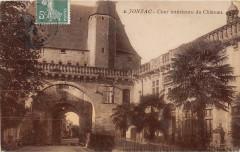 Jonzac Cour Interieure Du Chateau (cpa émaillée - Jonzac