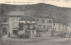 Saurier Place De La Fontaine Et Vieille Porte - Saurier