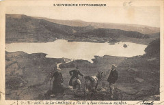 Le Lac Chambon Et Vue Sur Le Vieux Chateau De Murols - Murol