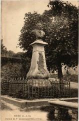 Mere - Statue de F.Quesnay (1694-1774) - Méré