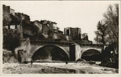 La Tour-D'Aigues Pont sur la Leze - Un Coin du Chateau - La Tour-d'Aigues