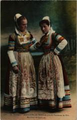 En Bretagne - Jeunes Filles de Briec en grands Costumes de Fere - Briec