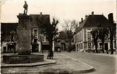 Richelieu Vue de la porte de Chatellerault avec la fontaine - Richelieu