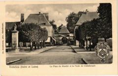 Richelieu (Indre et Loire) - La Place du Marché et la Porte de 37 Richelieu