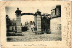 Guerigny Entrée des Cours du Chateau Nievre - Guérigny
