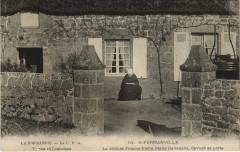 Fermanville La celebre femme-Poete Marie Ravenelle devant sa porte - Fermanville