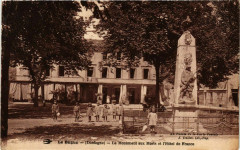 Le Bugue Le Monument aux Morts et Hotel de France - Le Bugue