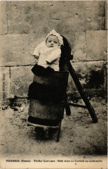Mirebeau - Vieilles Coutumes - Bebe dans sa Carriole ou Cabernotte - Mirebeau