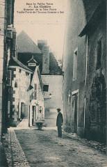 86. La Châtre. Quartier de la Tête Noire. Vieille Porte de l'Ancien Grenier à Sel (c.1920)  - La Châtre
