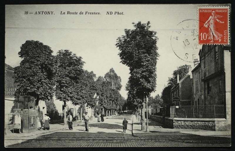 Carte postale ancienne La Route de Fresnes à Antony
