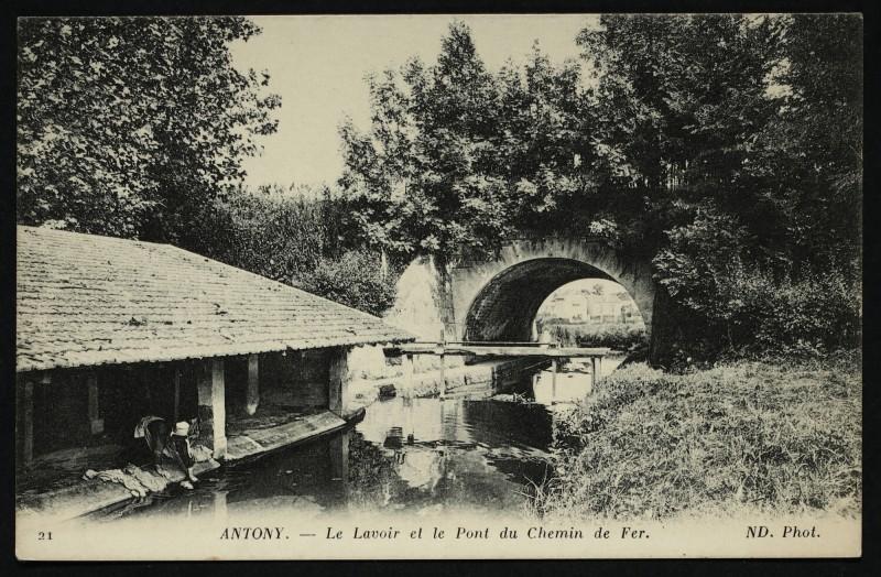 Carte postale ancienne Le Lavoir et le Pont du Chemin de Fer à Antony