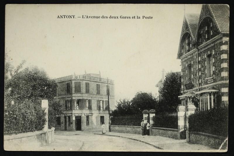 Carte postale ancienne Avenue des deux Gares et la Poste à Antony