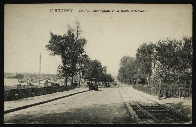 Carte postale ancienne Le Pont Stratégique et la Route d'Orléans à Antony