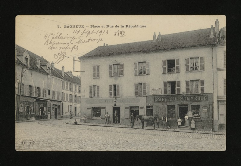 Carte postale ancienne Place et Rue de la République à Bagneux
