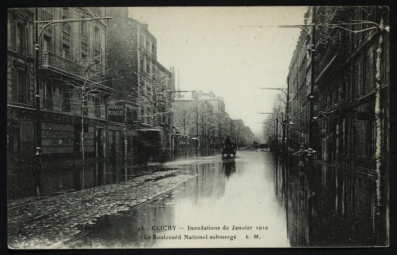 Carte postale ancienne Inondations de Janvier 1910 - Le Boulevard national submergé à Clichy