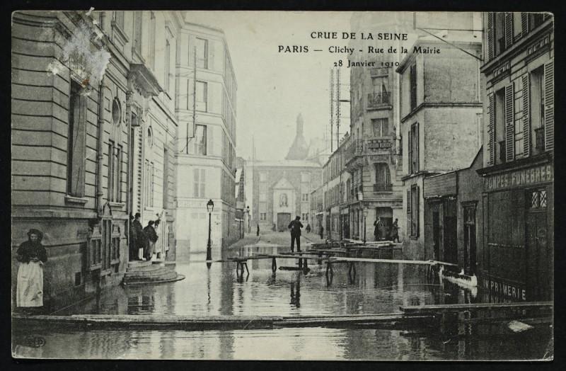 Carte postale ancienne Crue de la Seine - Rue de la Mairie à Clichy