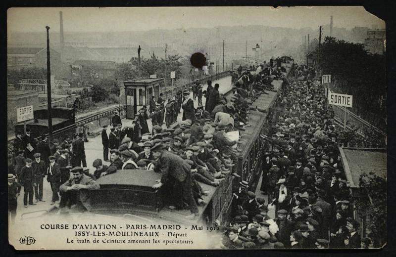 Carte postale ancienne Course d'aviation - Paris-Madrid - Mai 1911- Départ - Le train de Ceinture amenant les spectateurs à Paris 15e
