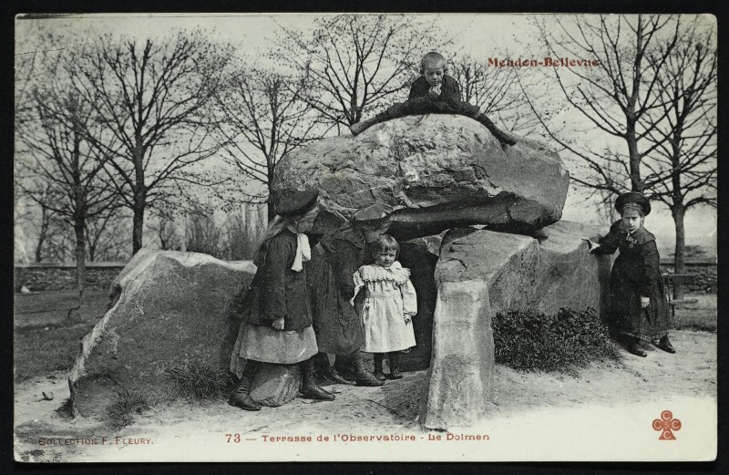 Carte postale ancienne Terrasse du Château de Meudon - Le Dolmen à Meudon