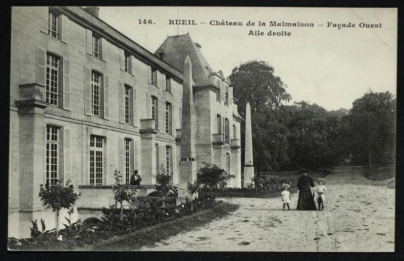 Carte postale ancienne Château de la Malmaison - Façade Ouest - Aile droite [Obélisques] à Rueil-Malmaison
