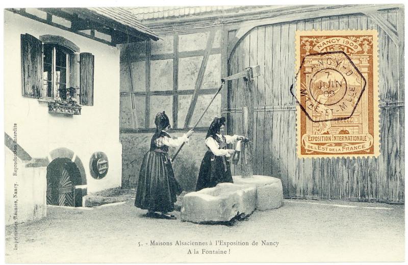 Carte postale ancienne A la fontaine ! Maisons alsaciennes à l'exposition de Nancy P-Fg-Cp-01511