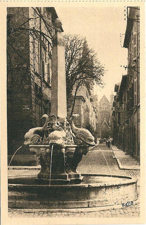 Carte postale ancienne Aix en Provence-Fr-13-vers 1930-la Fontaine des Quatre-Dauphins à Aix-en-Provence
